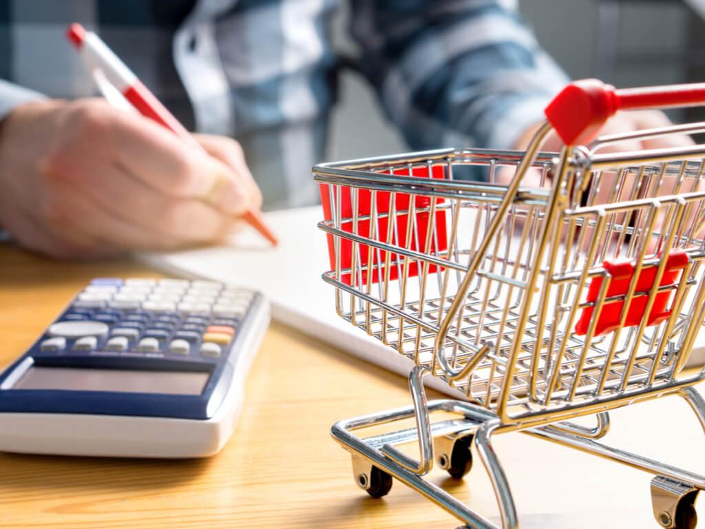 Mujer haciendo la lista de la compra