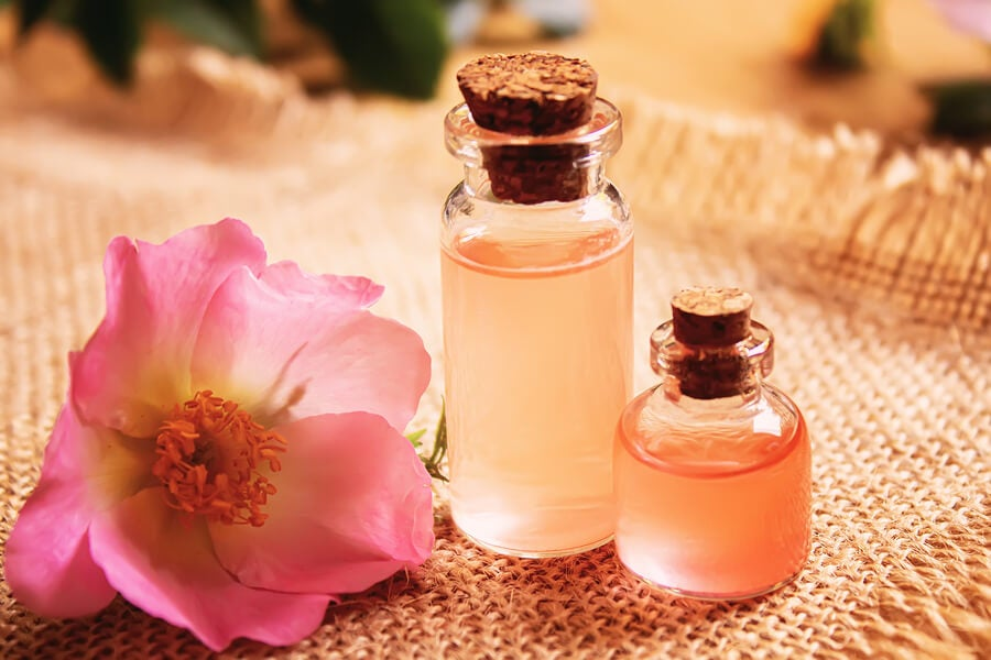 Aceite esencial de rosa mosqueta en botellas.