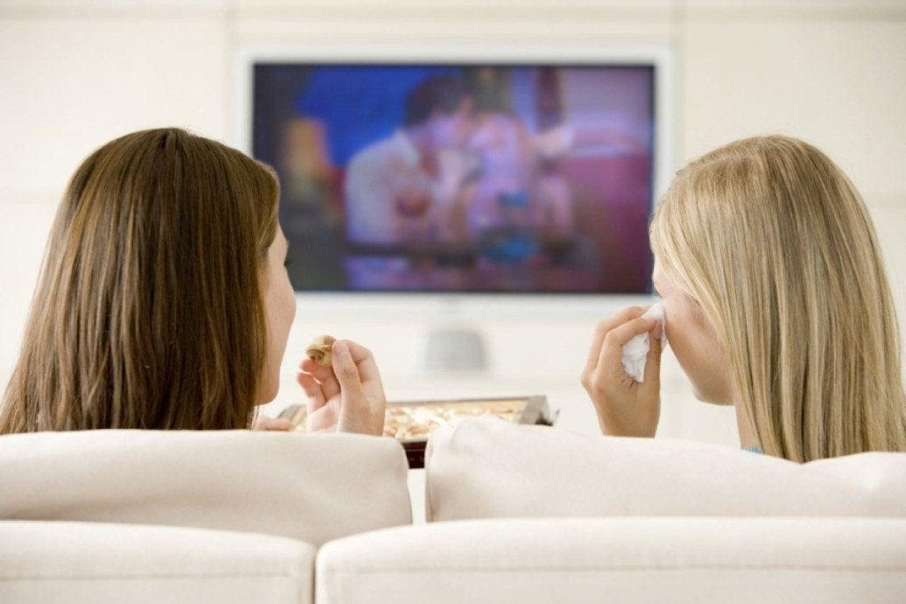 Amigas viendo la televisión