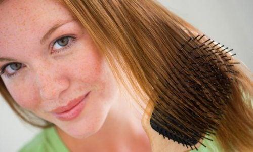 Recoger tu cabello puede perjudicar la salud de tu cuero cabelludo.