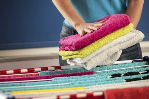 mujer tendiendo toallas