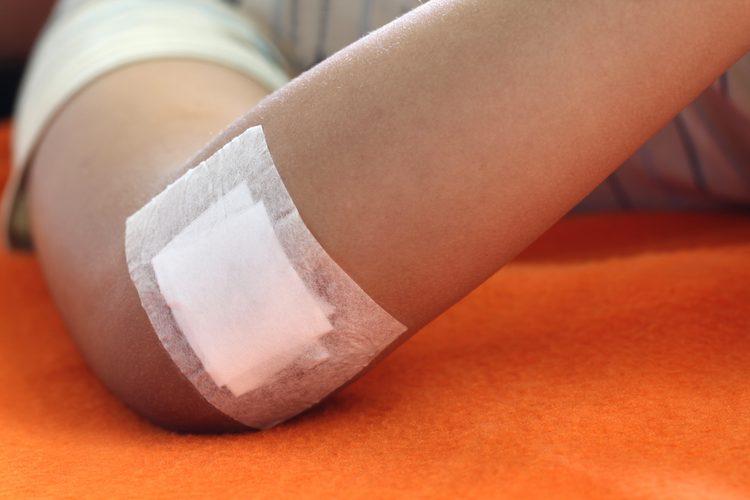 Usar vendaje al curar las heridas de un niño