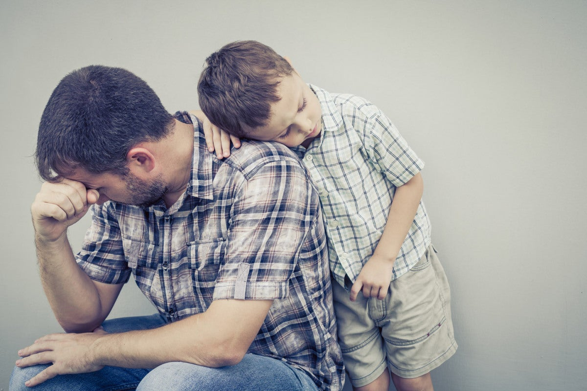 Hijo consolando a su padre