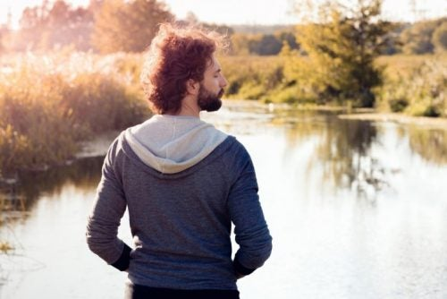 Hombre respirando en la naturaleza