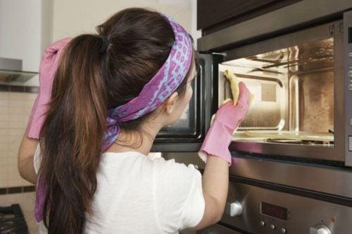 Limpiar el horno de la cocina es totalmente posible gracias a estos ingredientes naturales.