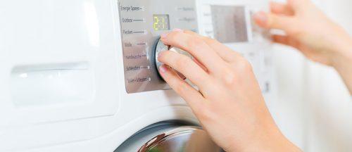 mujer poniendo la lavadora