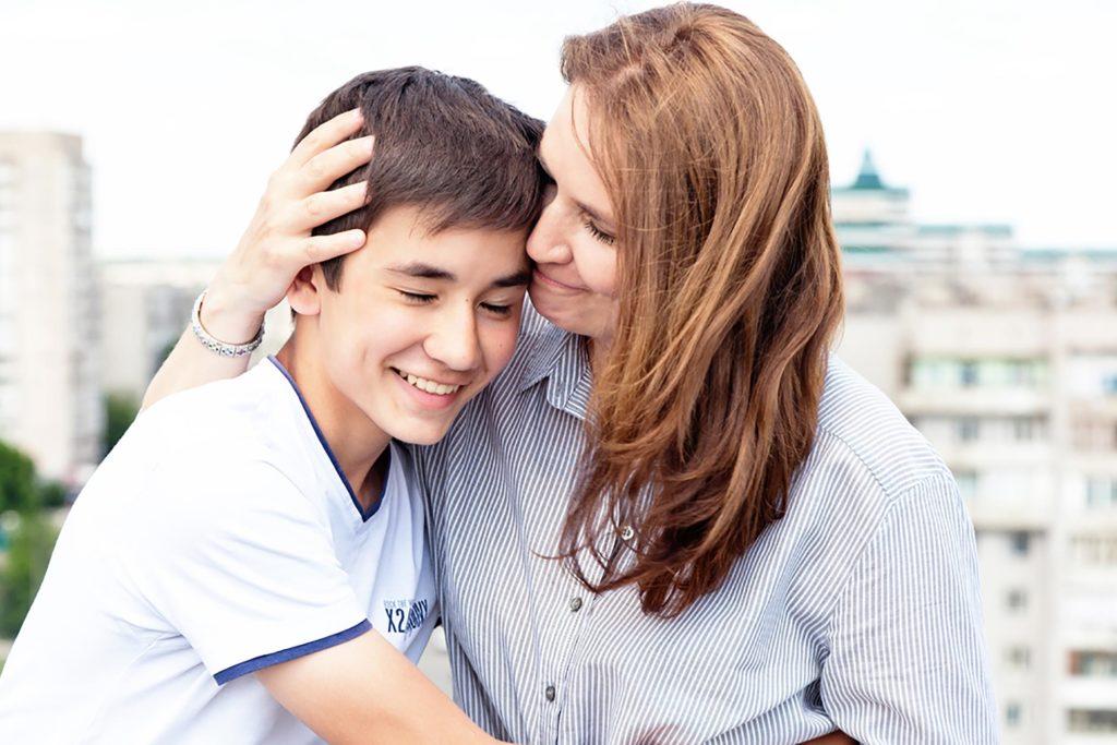 Madre orgullosa de su hijo gracias al refuerzo positivo.