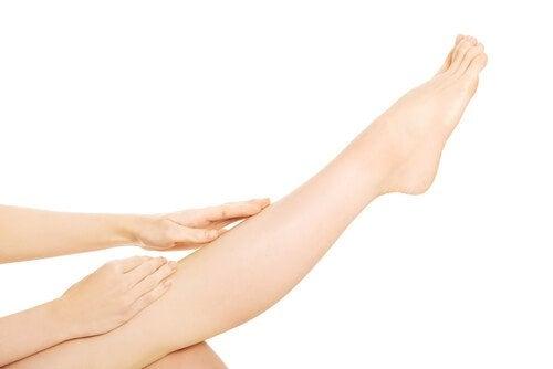 Una sesión de automasajes puede aliviar la mala circulación en las piernas.