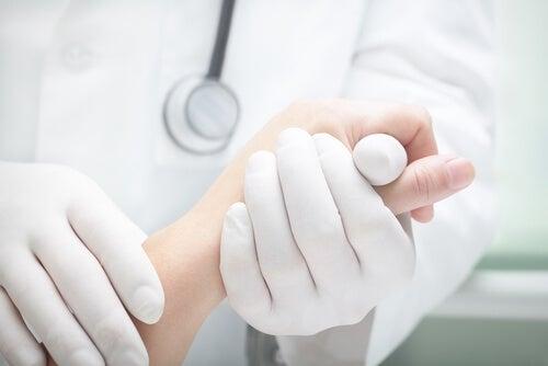 Si tienes una línea negra en la uña, ve al médico.