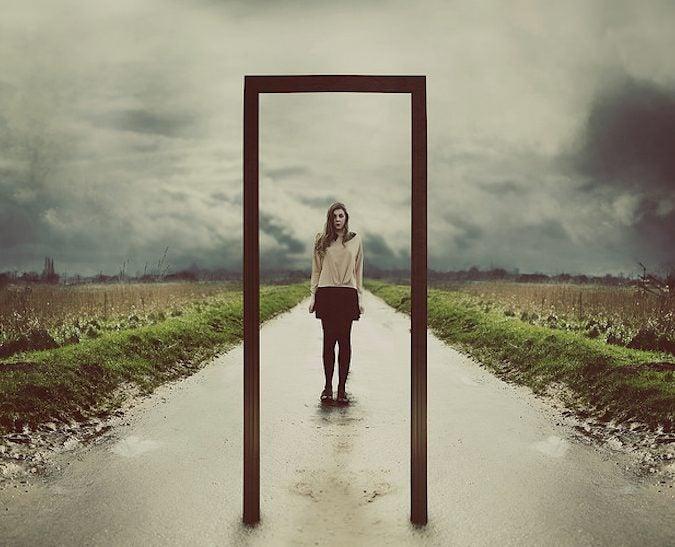 Mujer en el umbral de una puerta