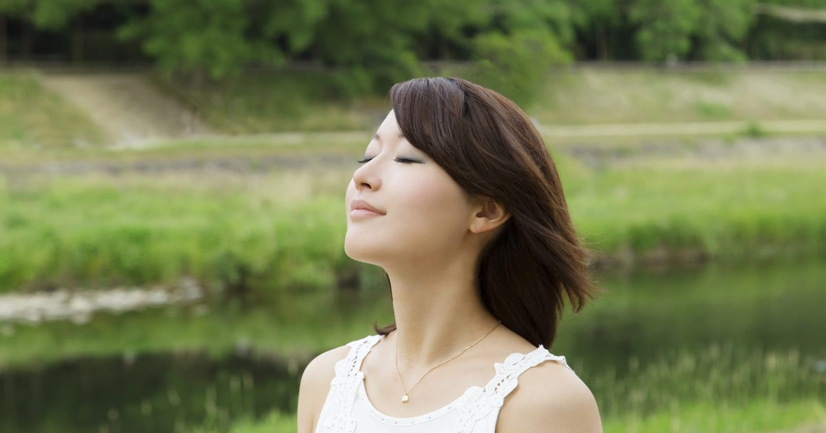 Mujer japonesa respirando