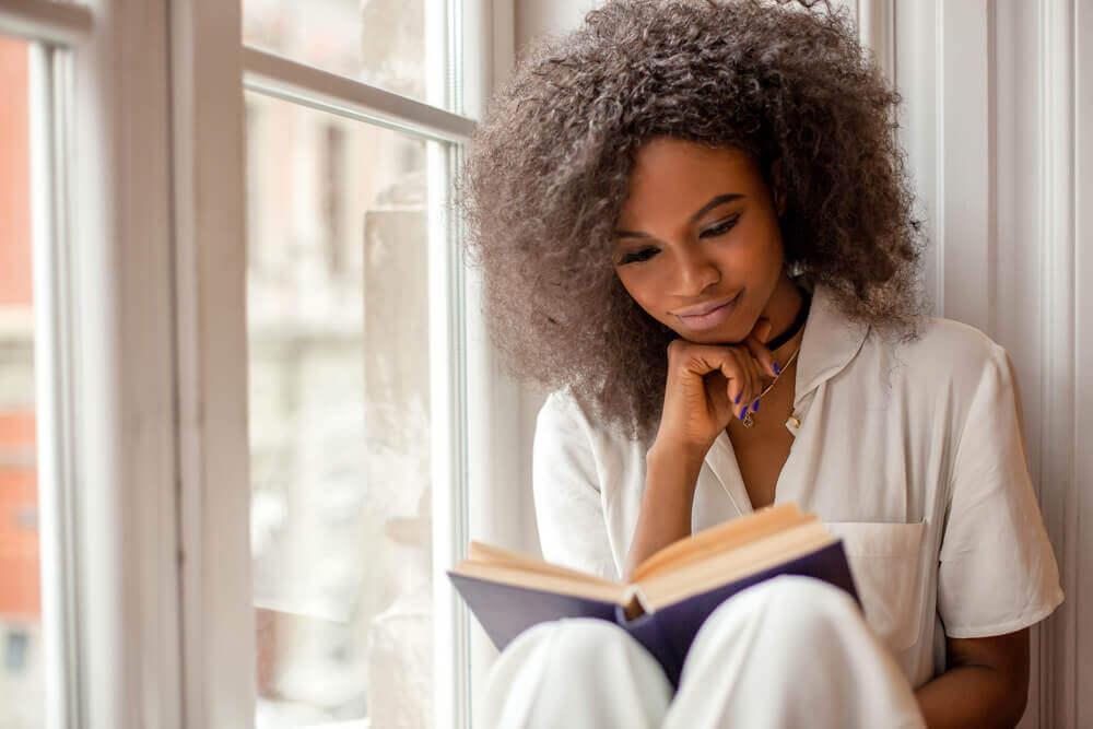 Mujer leyendo sobre crecimiento personal.