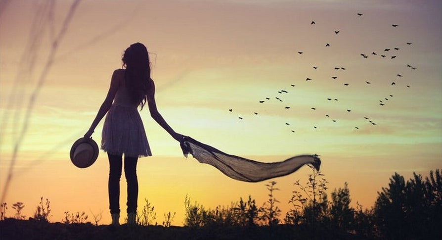 Mujer sola mirando el horizonte