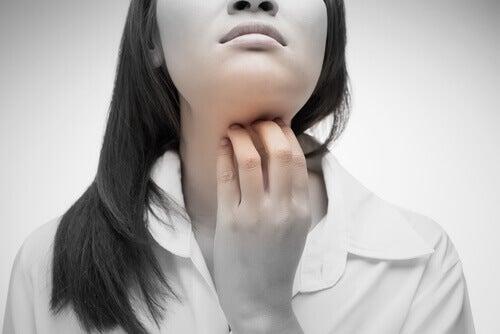 4 remedios naturales para la picazón de garganta
