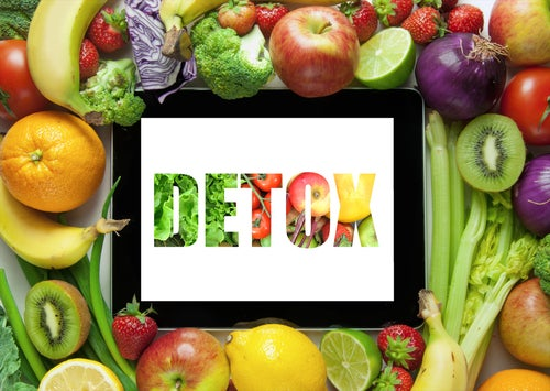 """Frutas y verduras con la incripción """"Detox"""""""