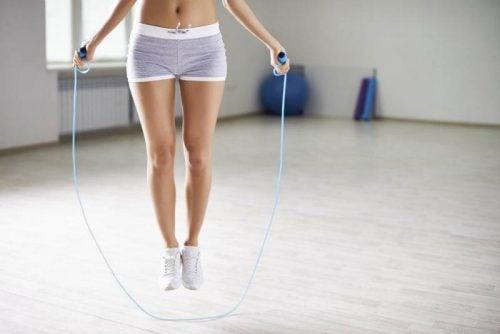 mujer saltando a la cuerda