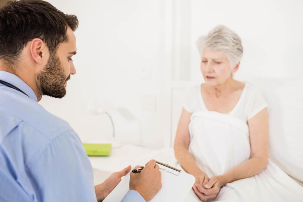 Médico informando al paciente