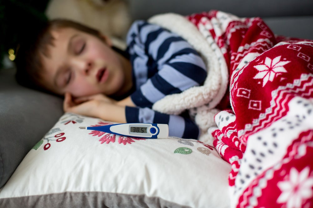 La escarlatina tiene como primer síntoma la fiebre.