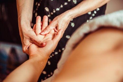 Un terapeuta es indispensable para el tratamiento de la artrosis