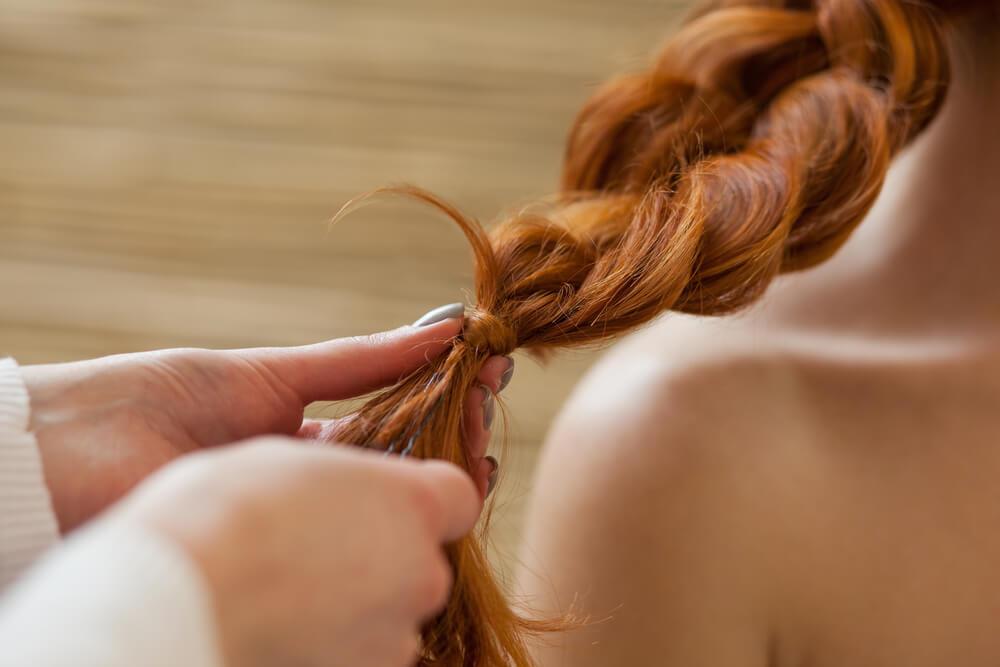 Si tienes el cabello largo prueba a hacerte una trenza de cascada