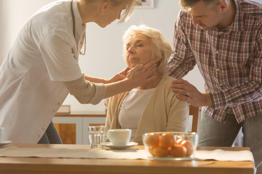 Mujer mayor en el médico