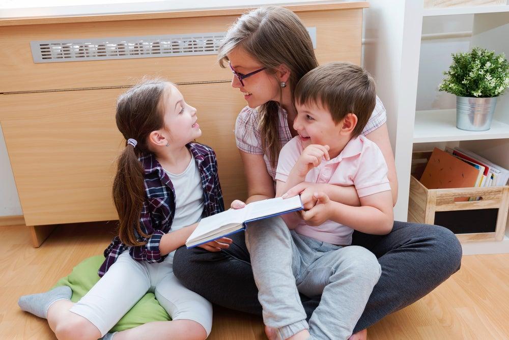Se recomienda realizar actividades de refuerzo escolar junto a los niños.