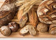 Tabla con distintos tipos de panes integrales