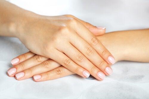 10 remedios naturales para las estrías en las uñas