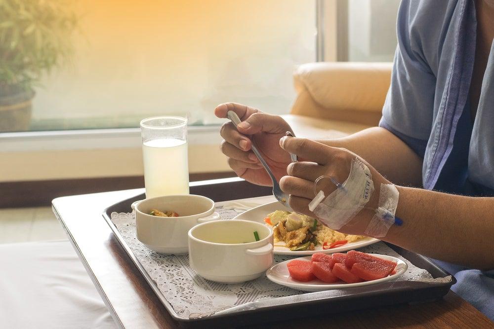 Persona ingresada en el hospital comiendo
