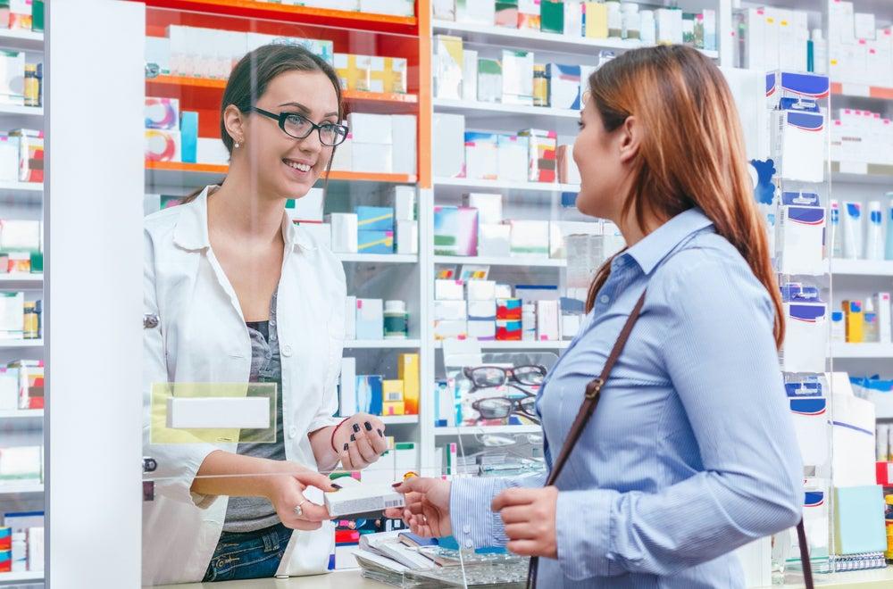 Mujer en la farmacia comprando medicamentos