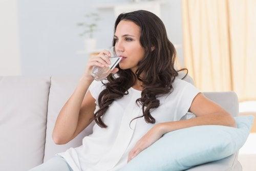 Bebe-mucha-agua-junto-con-el-tratamiento-del-colera