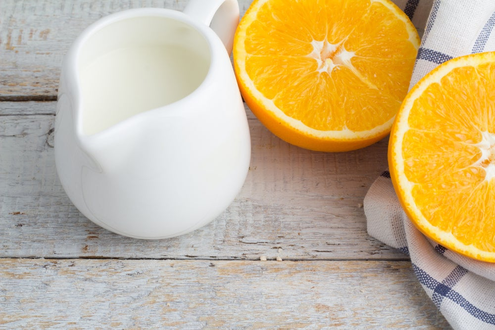 Cáscara de naranja y leche para aclarar las manos