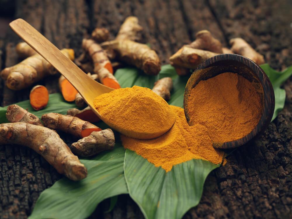 Polvo de raíz de cúrcuma como remedio natural para desintoxicar el hígado.