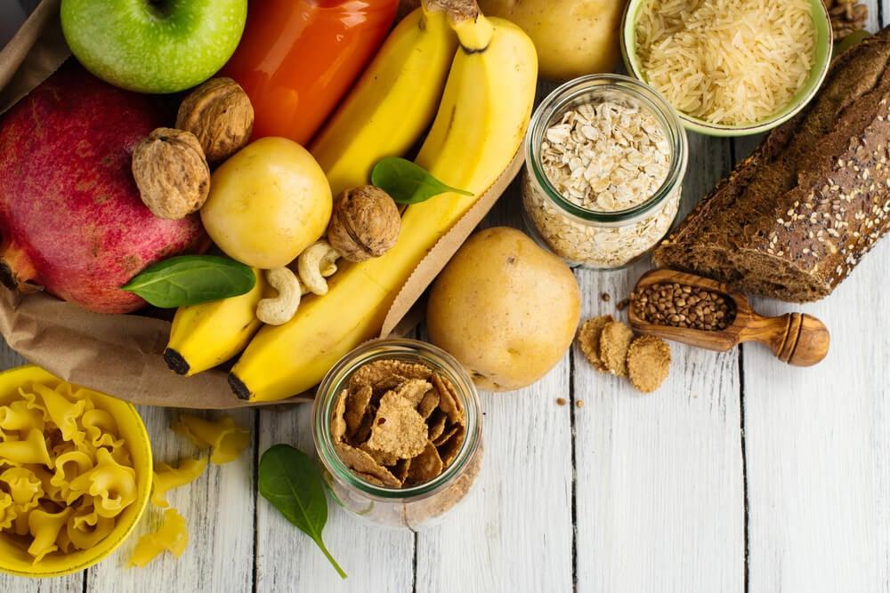 Alimentos con carbohidratos saludables: plátanos, manzanas, nueces, pasta, cereales