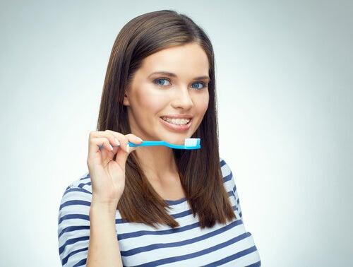 Cepíllalos junto con tus dientes
