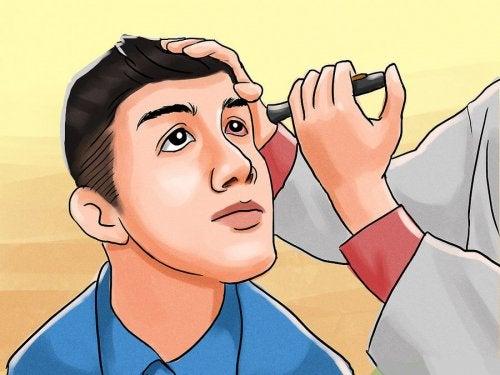 Doutor que avalia o olho do paciente