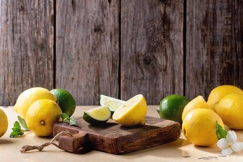 Elimina los olores en la tabla de picar con limón