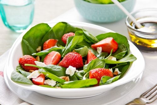 Ensaladas con frutas y hierbas