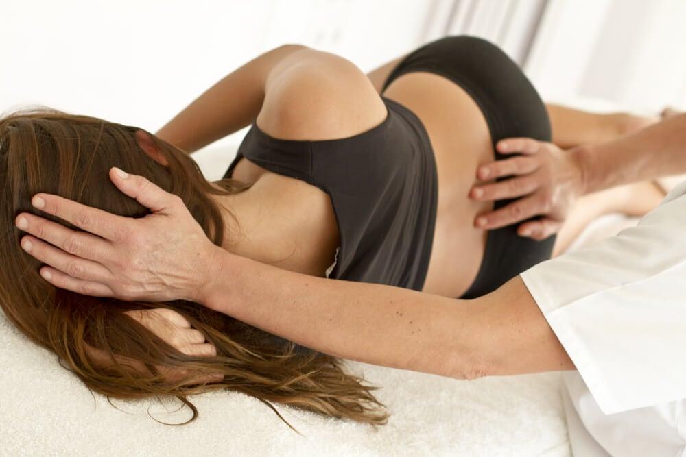 Mujer con dolor de espalda por escoliosis.