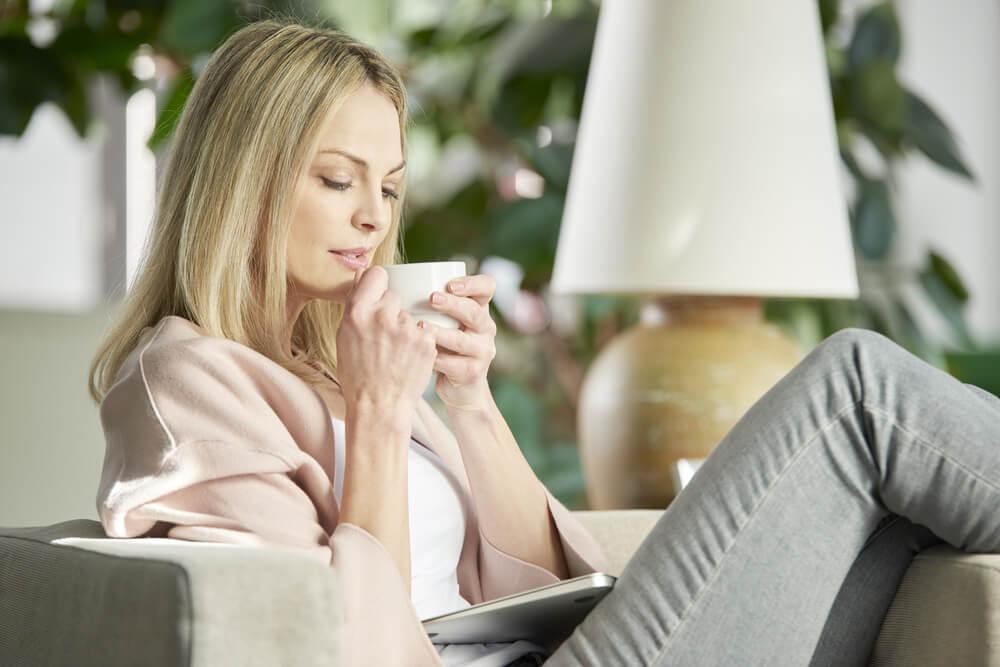 Mujer tomando té de cáscara de mandarina