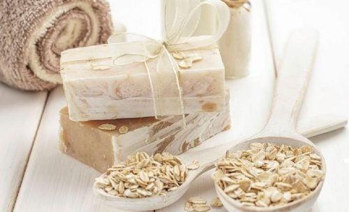 Jabón artesanal de avena y miel.