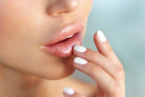 Manten hidratados tus labios para que se vean voluminosos