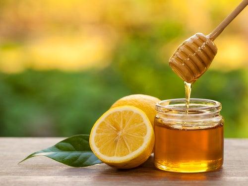 Miel y limón para las manchas y pecas en las manos