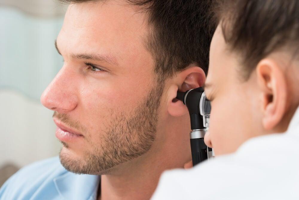 Para tener unos oídos saludables, evita introducir objetos en su interior.