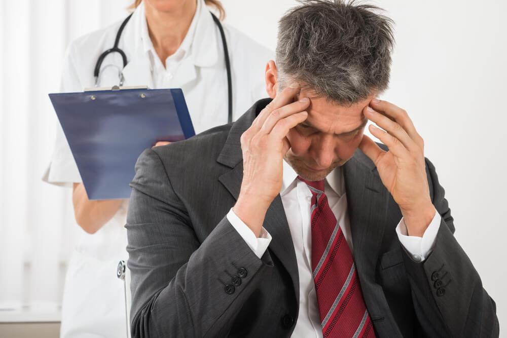Hombre en el médico por pinchazos en la cabeza