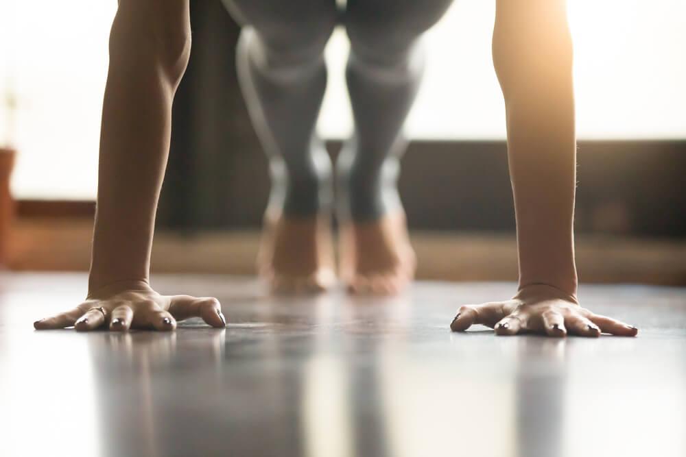 Postura del Perro boca abajo de yoga para el dolor de espalda