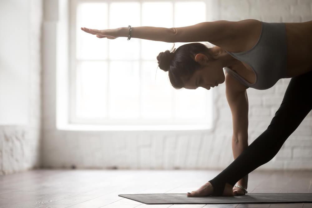 Pose de triángulo de yoga para el dolor de espalda