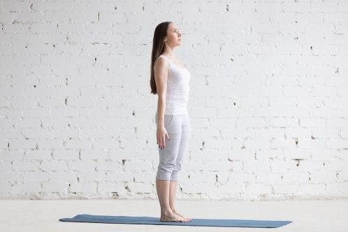 Женщина в позе йоги
