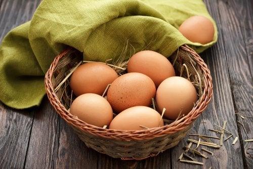 Cesta de huevos con un trapo verde