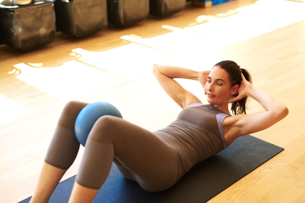 6 ejercicios con una silla para tener un abdomen plano en tres semanas